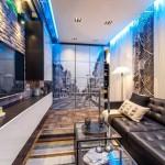 Прямоугольная гостиная отделанная в стиле лофт. На потолке диодная лента - Фото