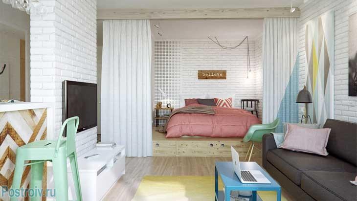 Спальня с большой кроватью на подиуме - Фото
