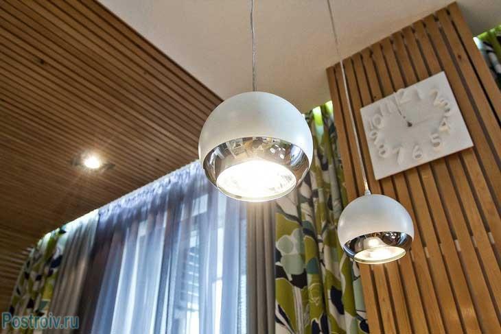 Дополнительные светильники в кухне. Фото