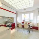 Пол на кухне покрыт большой квадратной плиткой по мрамор