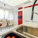 Потолок на кухне отделан матовыми стеклянными панелями. Очень красиво и современно