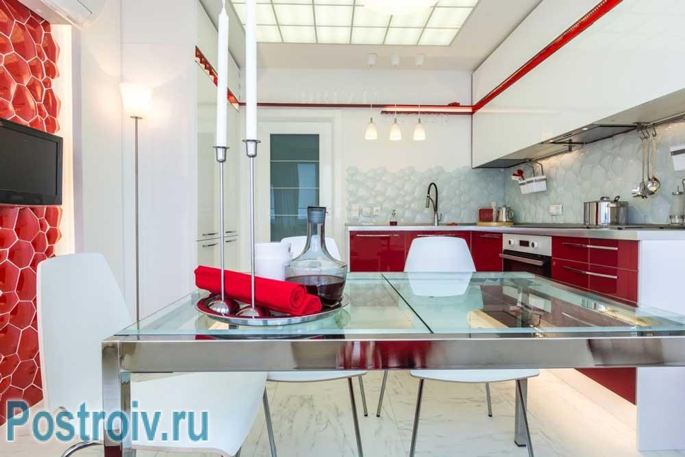 Красная линия по всей белой кухне
