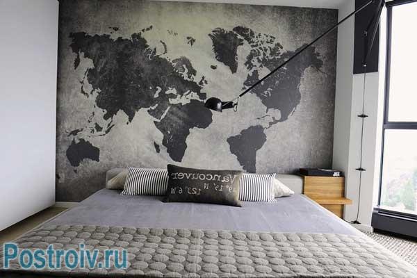 Очень модные картографические обои в спальне