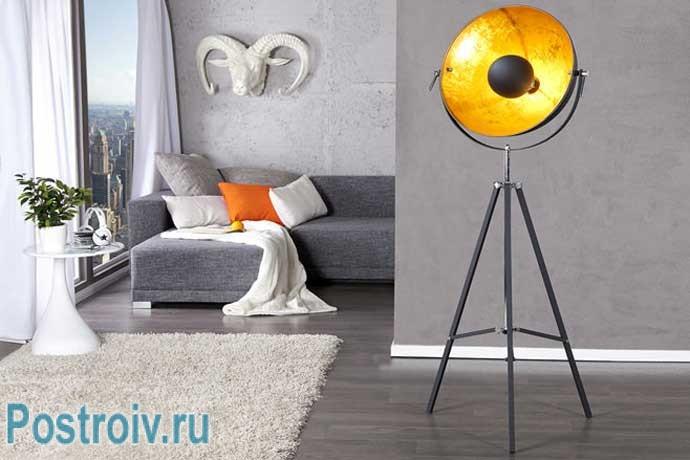 Современный торшер прожектор от дизайнера. Фото