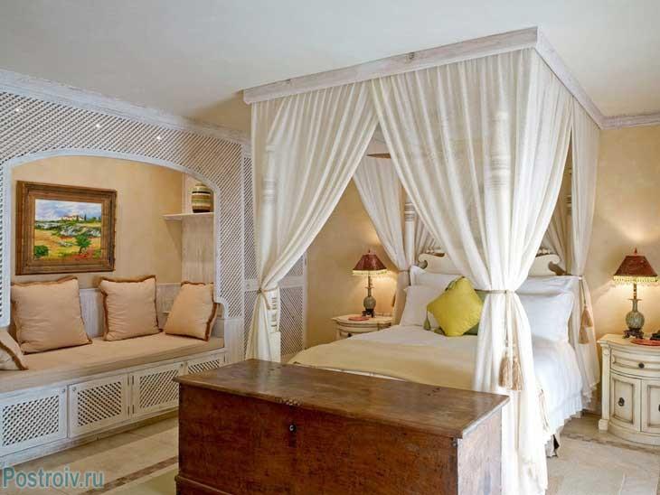 Балдахин над кроватью белого цвета. Фото