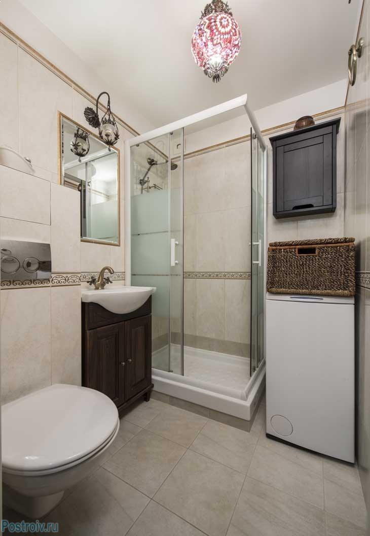 В такой маленькой ванной комнате удалось разместить душевую кабину и подвесной унитаз. Фото