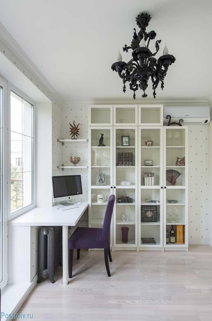 Стол-подоконник вместо обычного компьютерного стола. Чугунные радиаторы и люстра. Белый паркет. Фото