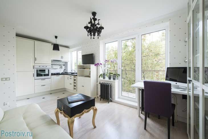 Белый покрашенный потолок с широким потолочным плинтусом. Очень красивое сочетание для гостиной. Фото