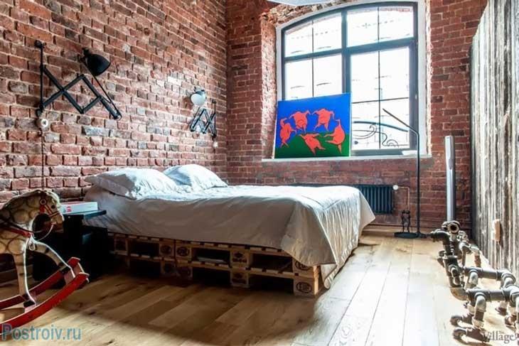 Индустриальная кровать в спальне. Фото