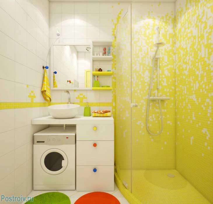 Желтая ванная комната с душевой кабиной. Фото