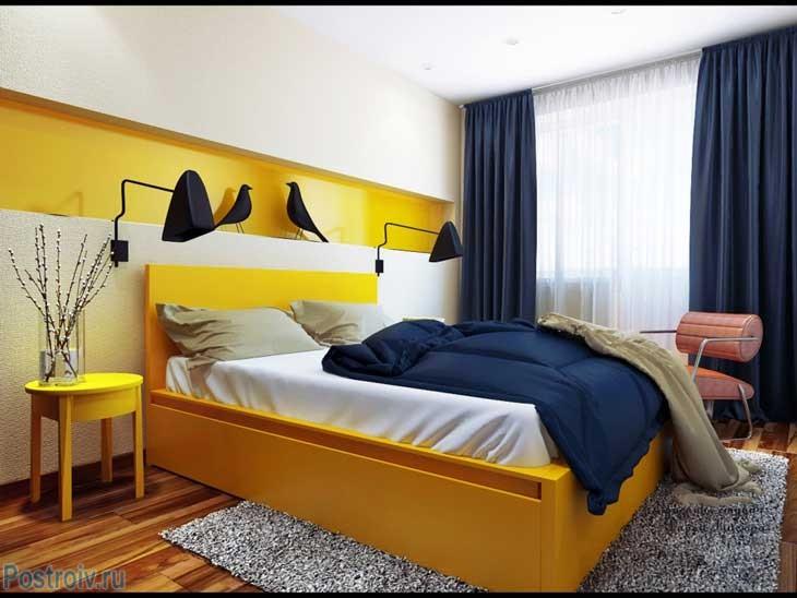 Синие шторы и белый тюль в спальне. Фото