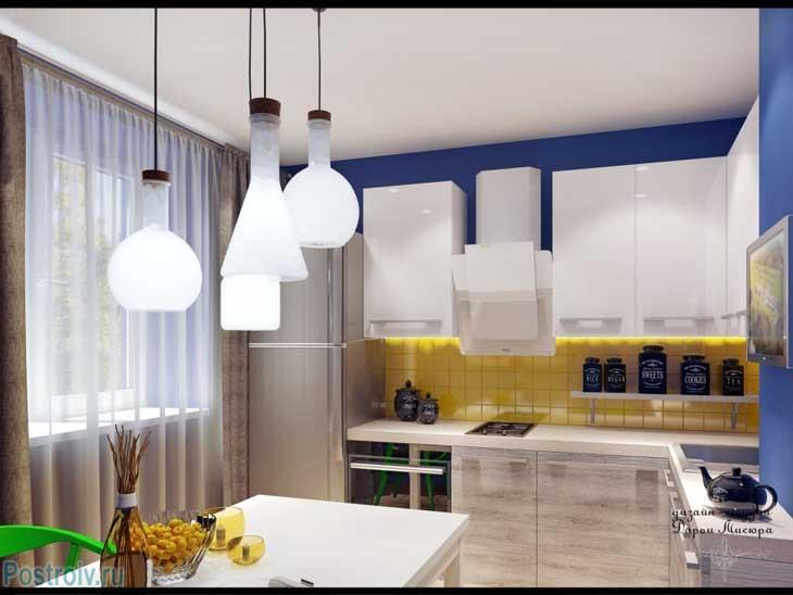 Оригинальная угловая кухня белого цвета с желтым стеклянным фартуком. Фото