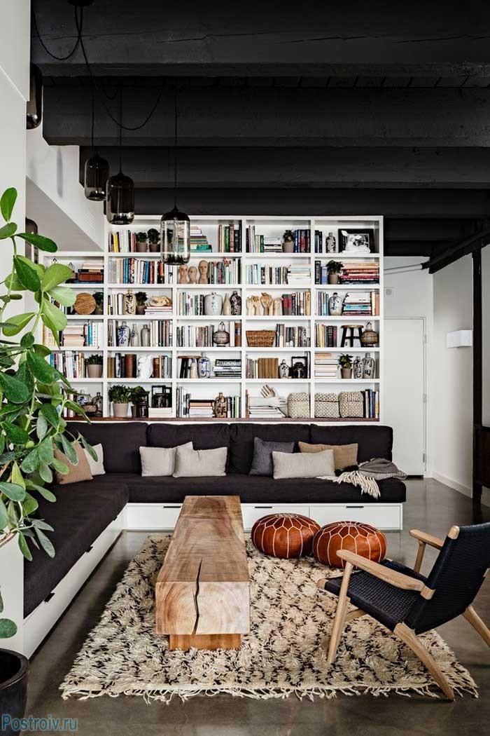 Черный потолок в интерьере гостиной. Фото