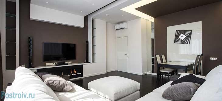 Многоуровневый потолок из гипсокартона в гостиной-столовой. Фото