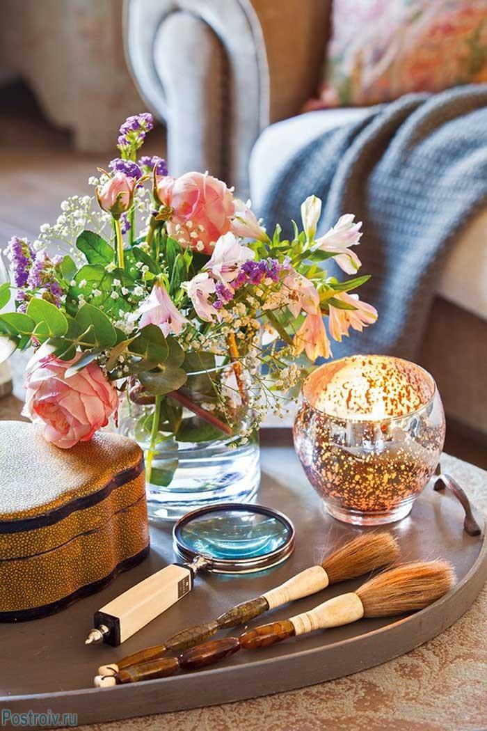 Декор на журнальном столике в гостиной. Фото