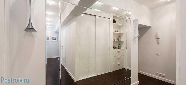 Зеркальная стена в прихожей. Фото