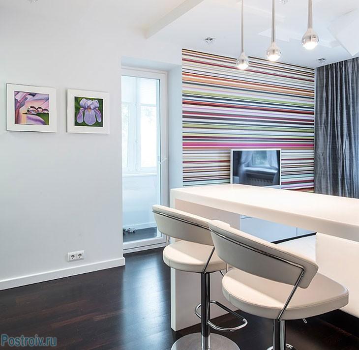 Полосатая акцентная стена в гостиной. Фото