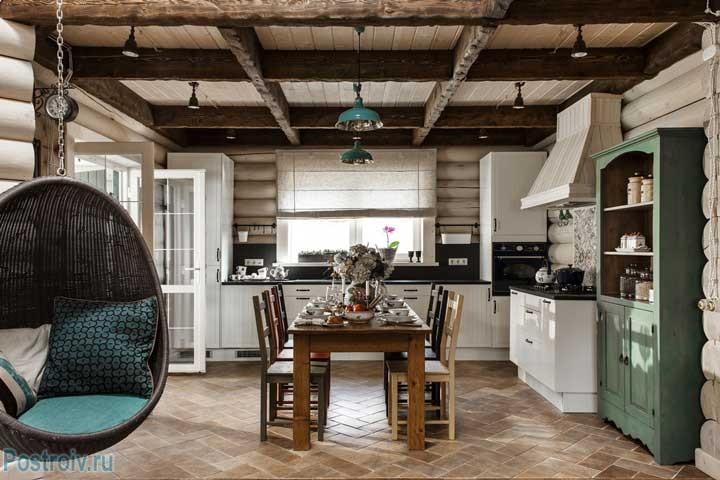 Фото загородного дома. Зеленый буфет на кухне. Бюджетный вариант