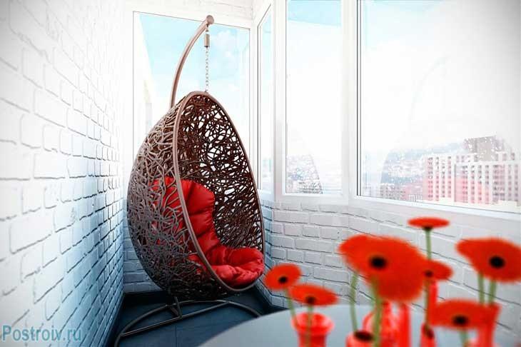 Подвесное кресло на балконе. Фото