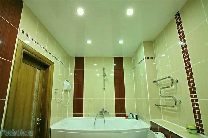 Белый натяжной потолок со встроенными светильниками. Фото