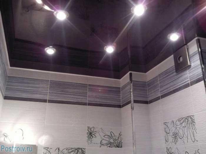 Пурпурный (сиреневый) натяжной потолок. Фото