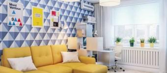 Желтый угловой диван в комнате с синими обоями. Фото