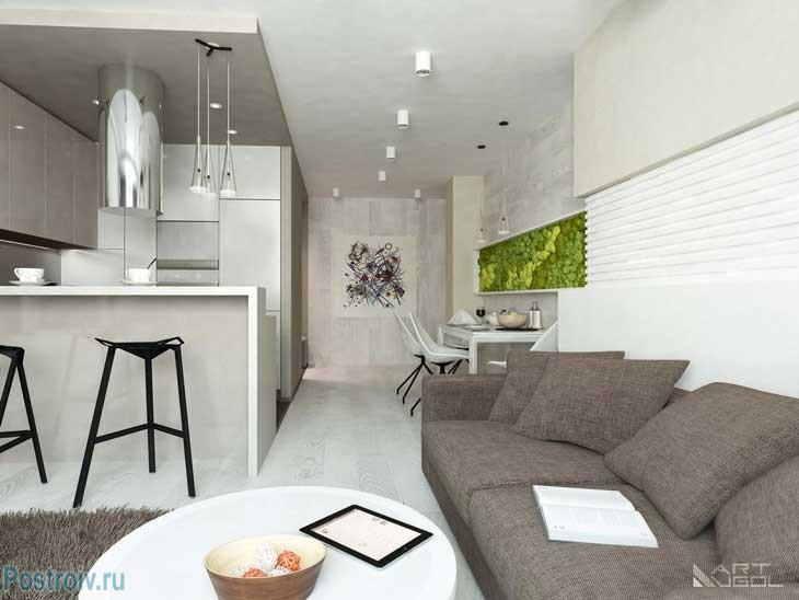 Коричневый диван на белом фоне стен и потолка. Фото