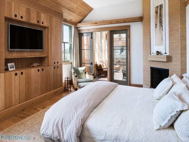 Расположение телевизора напротив кровати в спальне - Фото 02