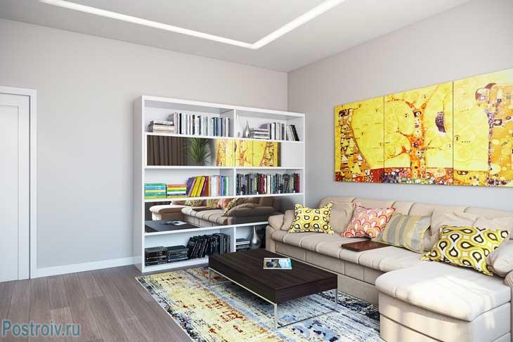 Гостиная с светлым угловым диваном и модульными картинами - Фото