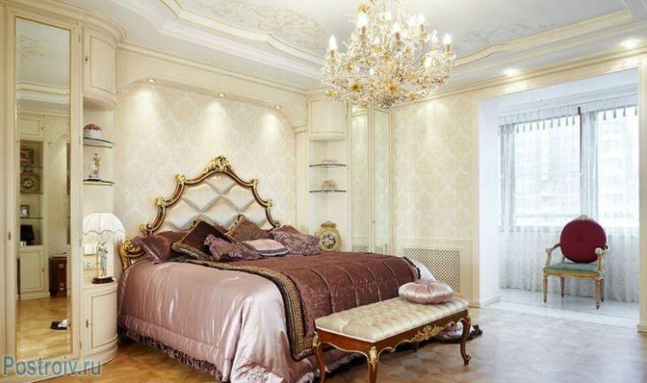 Шелковое покрывало в спальне классического стиля. Фото