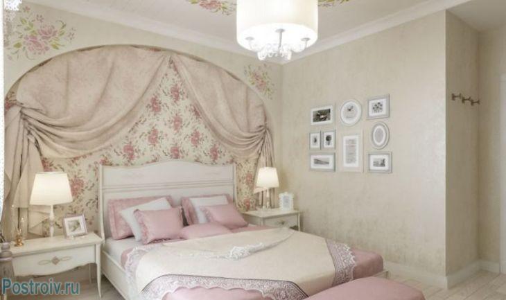 Розовый текстиль в спальне в классическом стиле. Фото