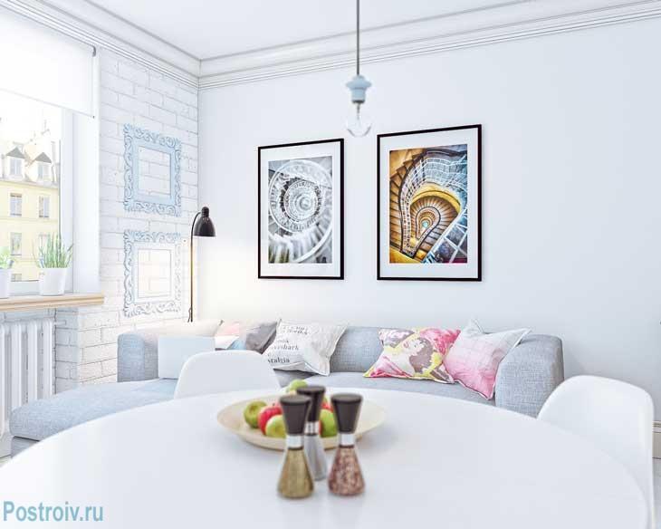 Делаем красочный акцент картинами на белых стенах. Фото