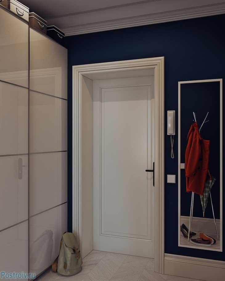 Прихожая с синими стенами и белой окантовкой. Фото