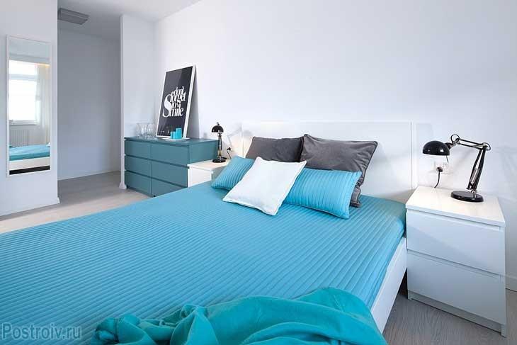 Светлая спальня в стиле функционализм. Фото