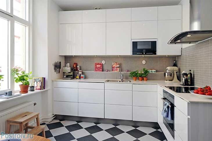 Угловая кухня белого цвета в скандинавском стиле. Фото