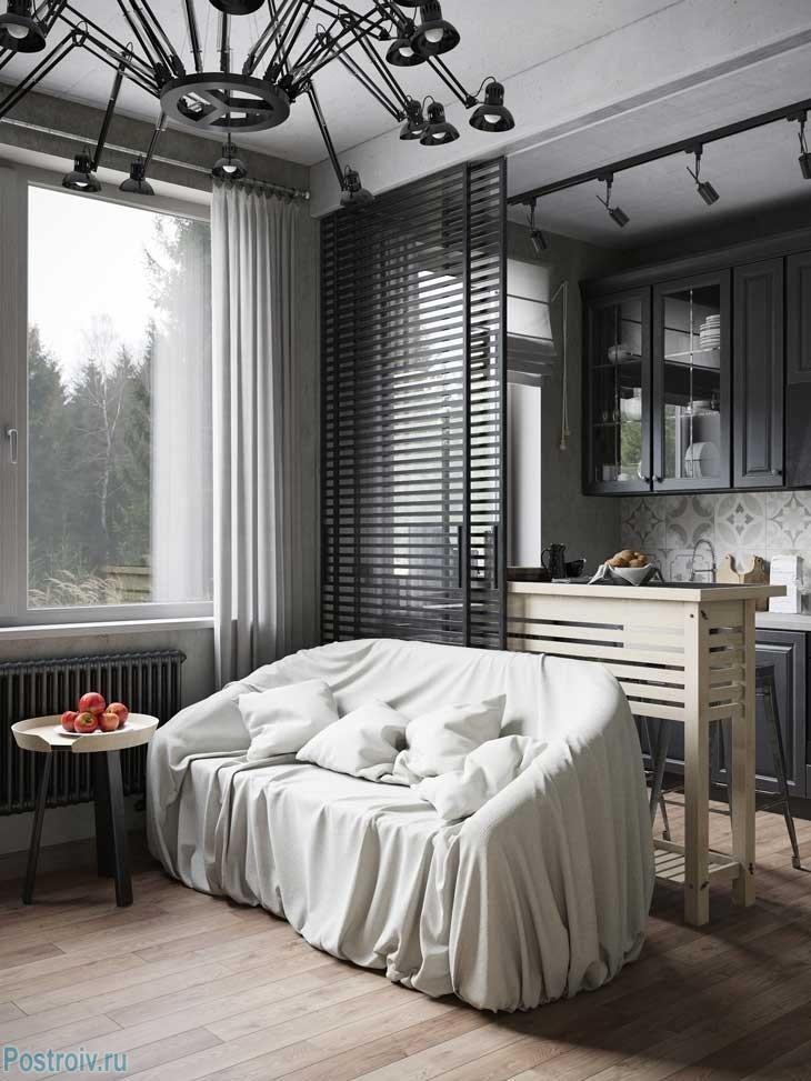 Белый диван в гостиной черного цвета. Фото