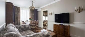 Классическая гостиная-столовая с темной мебелью. Фото