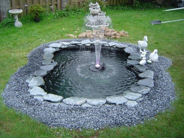 Garten-Teich-Brunen-Figuren-Randsteine