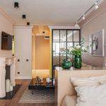 Дизайн гостиной спальни 20 кв.м. зонированной комодом