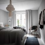 Спальня в скандинавском стиле с серыми стенами
