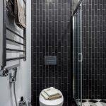 Интерьер большой ванной с душевой кабиной