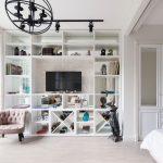 Интерьер студии 30 кв. м. с перегородкой и спальным местом