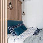 Спальня гостиная с деревянной перегородкой в скандинавском стиле