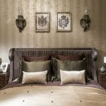 Подушки в спальне в классическом стиле