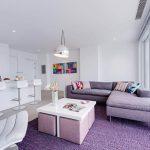 Бело-фиолетовый дизайн гостиной