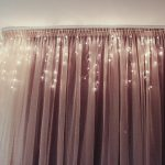 как украсить окно дома гирляндой