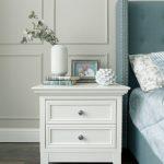 Дизайн спальни в классическом стиле с голубой кроватью