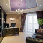 Фиолетовый потолок в комнате