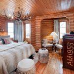 Рога в интерьере деревянного дома