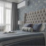 Спальня 12 кв. м. в классическом стиле, стены в голубых оттенках